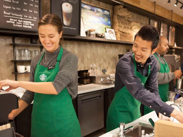 斯诺克竞彩app baristas making beverages