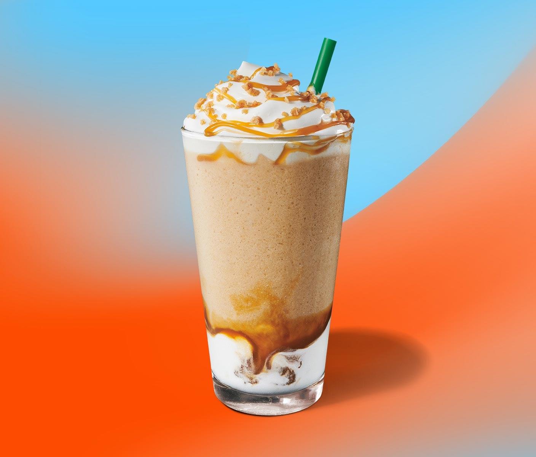 Une boisson frappée au café avec une garniture de crème fouettée dans un verre transparent