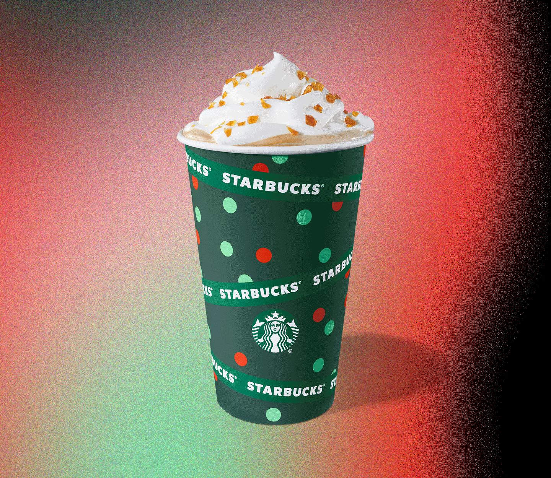 Une tasse des Fêtes remplie de latte au caramel brûlé