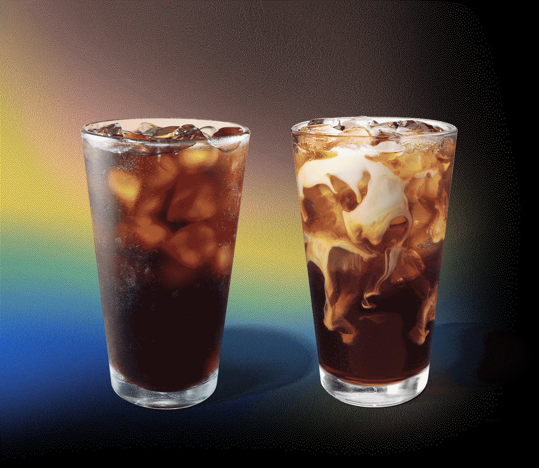 Deux cafés glacés, dont l'un présente des tourbillons de crème, sont placés côte à côte.