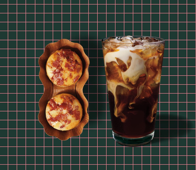 Des bouchées aux œufs cuisson sous vide et un café infusé à froid sur un fond quadrillé.