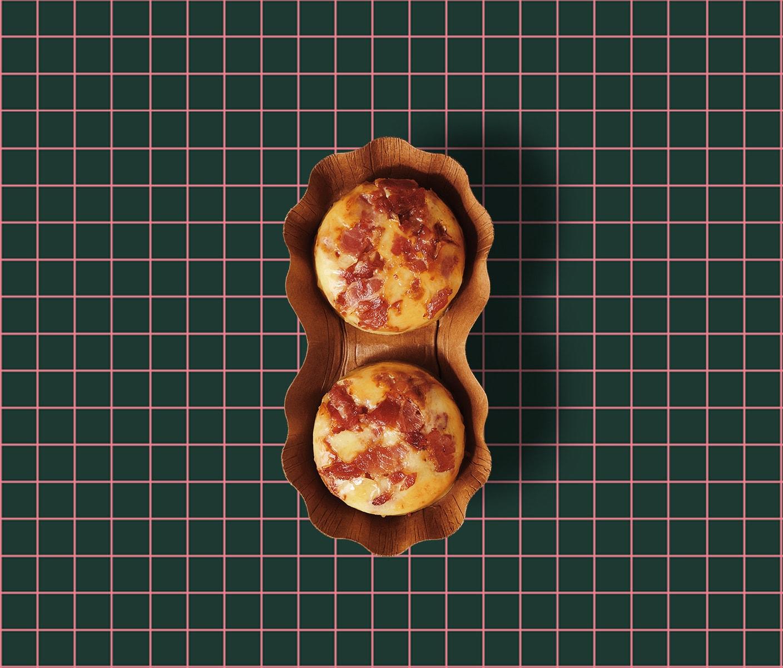 Des bouchées aux œufs cuisson sous vide sur un fond quadrillé.